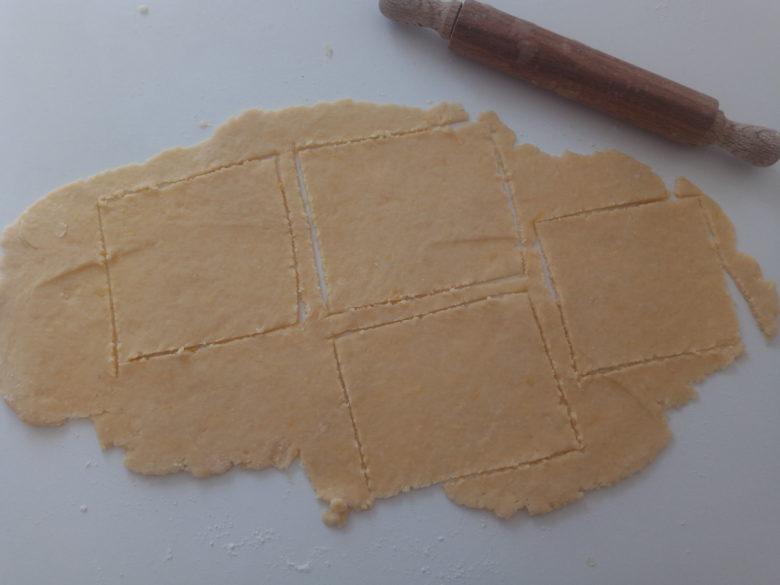 stendere impasto e formare dei quadrati aiutandosi con un coltello