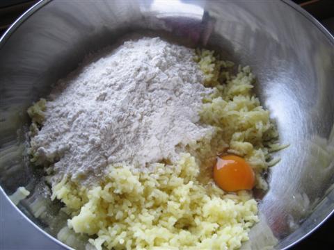 Gnocchi con crema di  carciofi e cialda di parmigiano