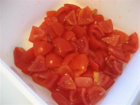 Lavare e tagliare i pomodorini