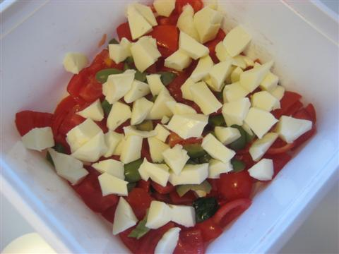 aggiungere olive verdi e fior di latte