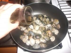 Le vongole dovranno restare in ammollo in acqua salata per circa 15 minuti. Poi lavarle e metterle in una pentola a fuoco basso con mezzo bicchiere di vino bianco e cuocerle per farle aprire con il coperchio per 10 minuti.