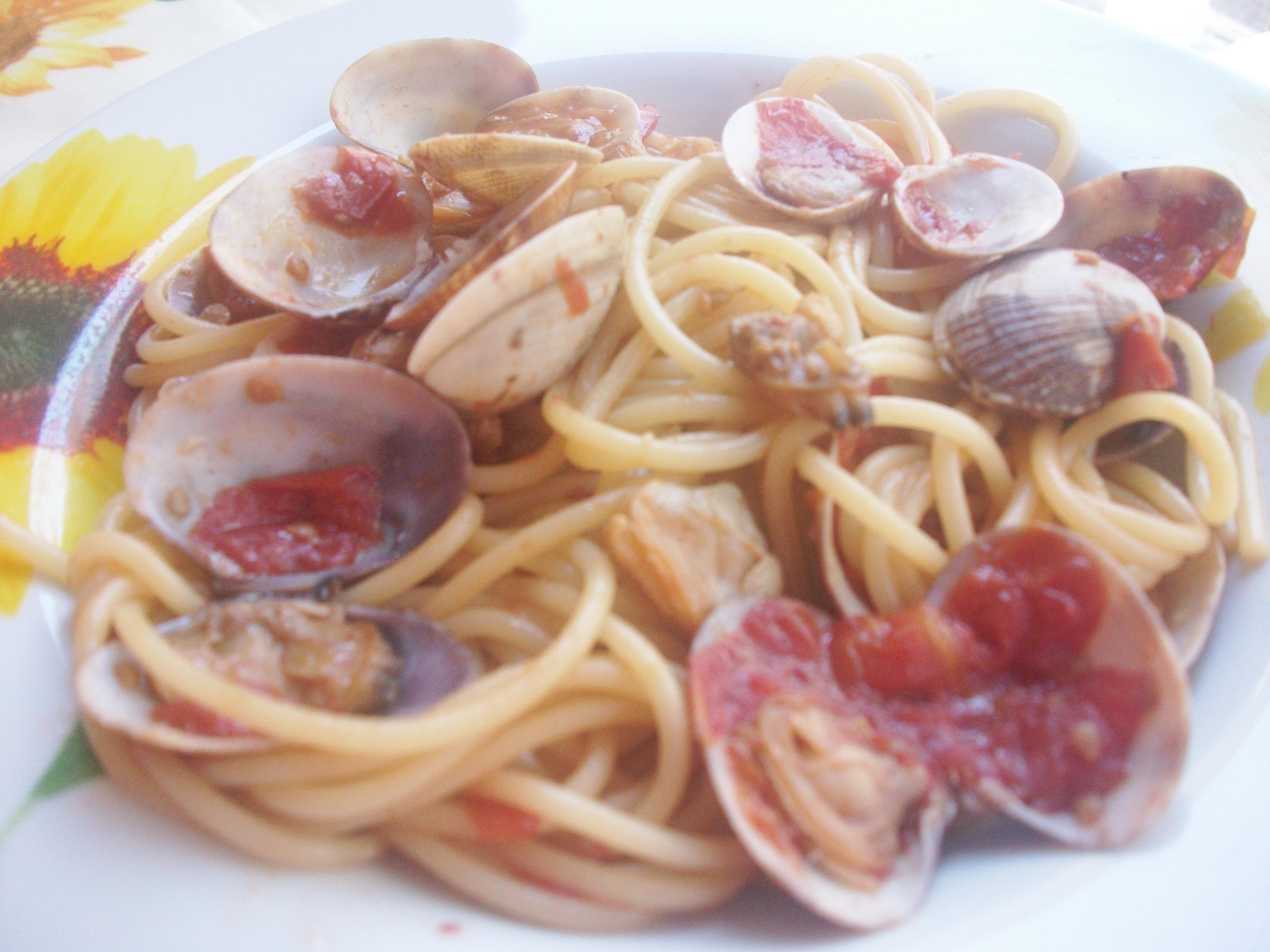 Quando il sugo degli spaghetti sarà quasi pronto, lessare la pasta e dopo esser stata scolata passare alla mantecatura in padella, poi impiattare immediatamente.