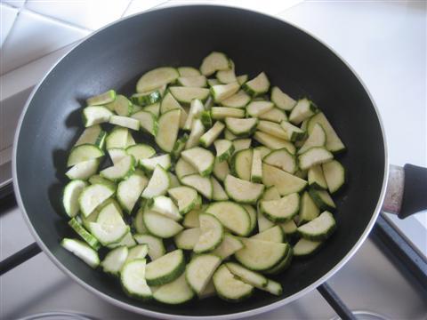 Far dorare la cipolla e unire le zucchine