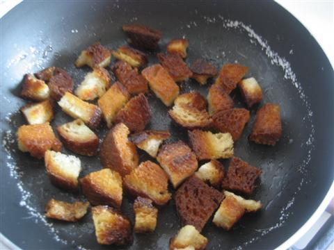 In una padella far riscaldare 2 cucchiai di olio,versare il pane e cuocere fino a quando saranno dorati da entrambi i lati.