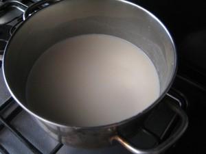 Mettere in un pentolino panna, latte e zucchero e portare quasi ad ebollizione.