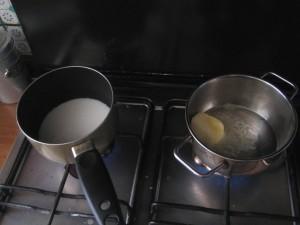 Innanzitutto metto a bollire il latte e il burro in due pentolini separati.