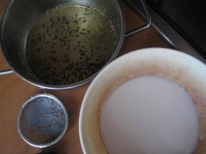 A questo punto filtro bene per togliere i fiorellini e unisco latte e burro.