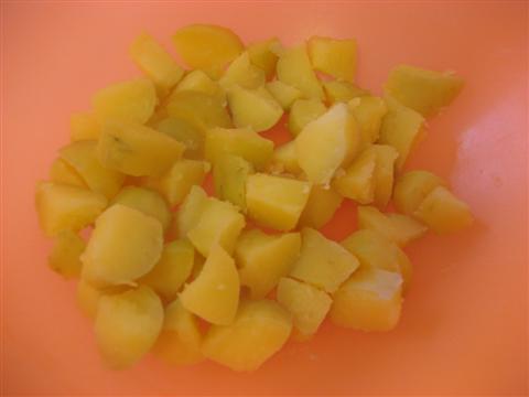 Lessare e tagliare le patate a cubetti