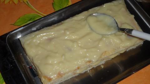 versare la crema pasticcera sulle millefoglie