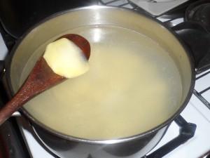 Tagliare a fettine spesse circa 3 millimetri le restanti patate e metterle a bollire
