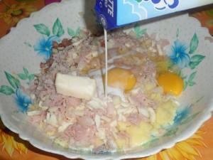 Aggiungere ancora le uova, il burro e il latte.