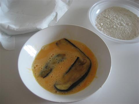 Sbattere le uova, preparare la farina e un piatto con carta assorbente