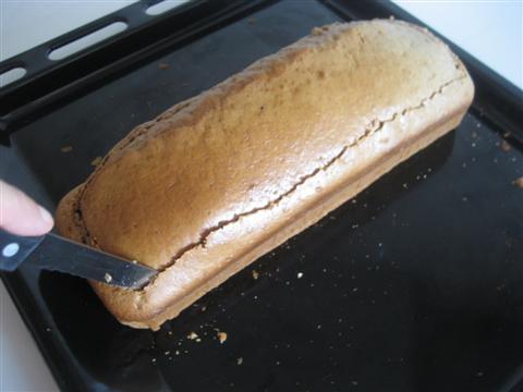 Tagliare il plum cake da entrambi i lati,sopra e sotto