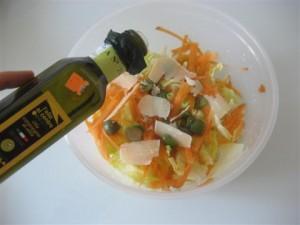 Versare olio e aceto balsamico