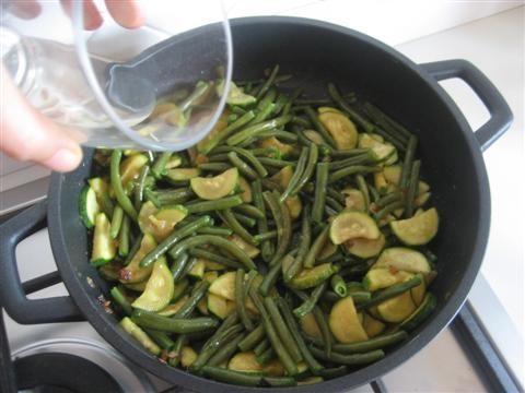 aggiungere fagiolini e sfumare con vino