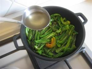 aggiungere il brodo ai peperoncini verdi