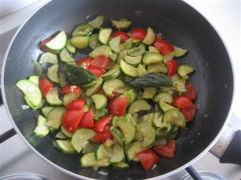 unire pomodorini e foglie di basilico