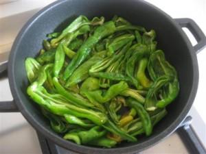 versare i peperoncini verdi nella padella