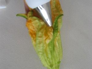 Con una sacca da pasticcere o un cucchiaino riempire i fiori e chiudere ruotando leggermente la cima