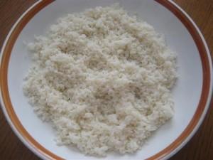 Portate a ebollizione un litro di acqua, salatela, unite il riso e cuocetelo per il tempo indicato sulla confezione. Quando è cotto scolatelo