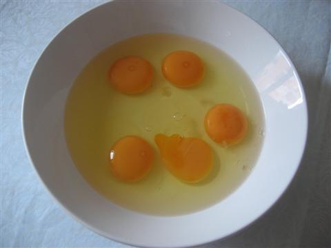 Sbattere uova con sale e parmigiano