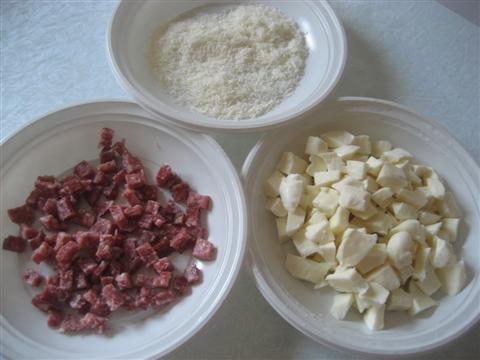 Tagliare il salame e il fior di latte a cubetti, grattugiare il parmigiano