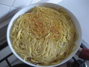 girare la frittata di pasta