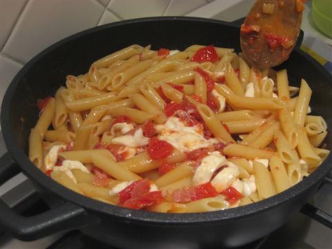 mescolare la pasta con lo speck,la provola e i pomodorini
