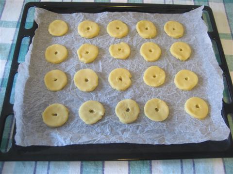 Adagiare i biscotti in una teglia avendo messo precedentemente la carta da forno. Se volete utilizzando una cannuccia potete premere al centro dei biscotti , in modo da creare un piccolo foro ;) .