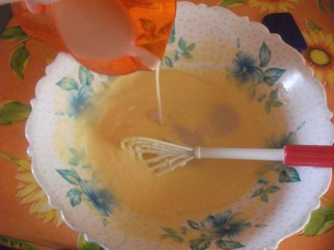 aggiungiamo le uova e la tazzina di caffè sciolta nel latte.