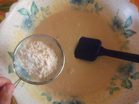 Poi aggiungiamo gli ingredienti secchi al composto (farina, lievito e vanillina) setacciandoli.