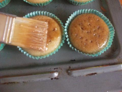 Sfornati i cupcake prepariamo la glassa unendo i 125 gr di zucchero a velo ai 5 cucchiai di caffè, poi bucherelliamo i cupcake in superficie con uno stuzzicadenti  e spennelliamoli con la glassa appena preparata. Ripetiamo questo passaggio un paio di volte.