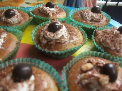 Io li ho decorati con un ciuffetto di panna,una spolverata di cacao,granella di biscotti e per finire una pallina di cioccolato!