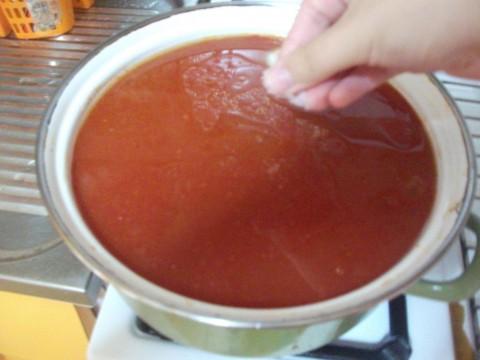 Poi aggiungiamo la passata di pomodoro, la aggiustiamo di sale e la facciamo cuocere con il coperchio girandola di tanto in tanto.