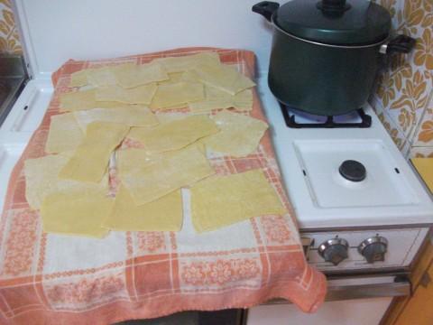 Stendiamo l'impasto e ricaviamo dei rettangoli di pasta che poi andremo a bollire.