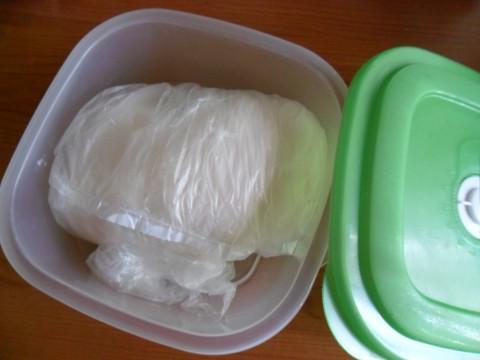 Lavoriamo per diversi minuti…finchè non otteniamo un panetto sodo e bello liscio.La pasta di zucchero è pronta!   Non appena finito avvolgiamola subito con la pellicola per alimenti e  poniamola in un luogo asciutto chiusa in un sacchetto per surgelati. La pasta di zucchero teme l'umidità, ricordatelo!