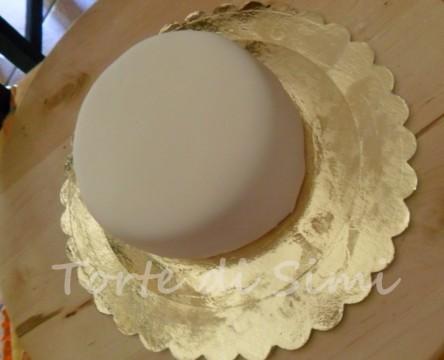 torta ricoperta di pasta di zucchero