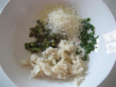 Strizzare il pane dal latte, aggiungere pecorino,olive snocciolate,prezzemolo,salare leggermente e mescolare