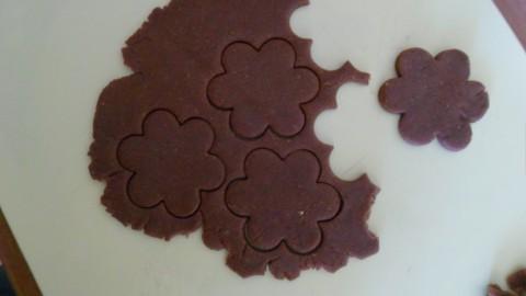 A questo punto stendere la pasta col mattarello...spessore mezzo cm....usare le formine desiderate.