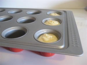 ungere con l'olio gli stampi da muffin e versare il composto