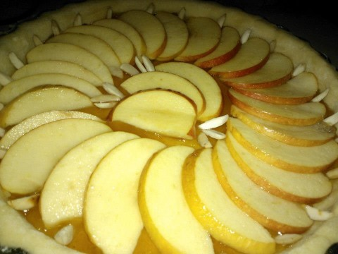 Ora aggiungiamo la marmellata, le mele e un po di mandorle, e cuocere a 180°c per 15 minuti circa.
