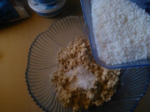 Aggiungere la farina di cocco e mescolare con l'aiuto di un cucchiaio.