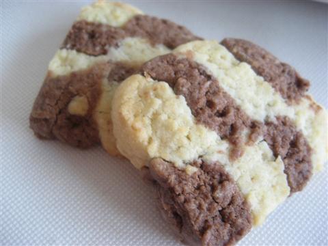 Cuocere i biscotti a scacchi in forno preriscaldato (ventilato)a 180° per circa 15 minuti