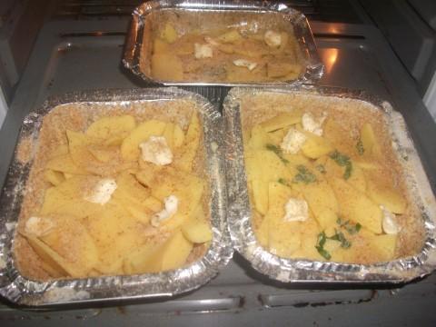 Ripetiamo lo stesso passaggio con il secondo strato di patate, poi aggiungiamo ancora un pò di pan grattato,qualche ciuffetto di burro e inforniamo a 220 gradi per circa 30 minuti.