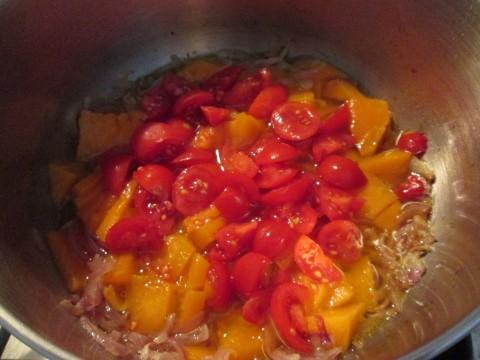 Tagliare a pezzettini la zucca e i pomodorini e aggiungerli al soffritto di cipolla