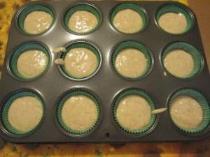quando avrai un impasto granuloso versane qualche cucchiaiata negli stampini da muffin
