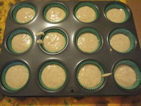 Quando l' impasto risulterà granuloso versate qualche cucchiaiata negli stampini da muffin.