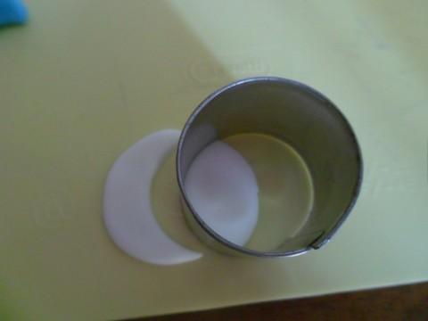 Per il colletto tagliate un cerchietto con l'apposita formina (o un tappo di bottiglia!) e da questo ricavate una mezza luna.