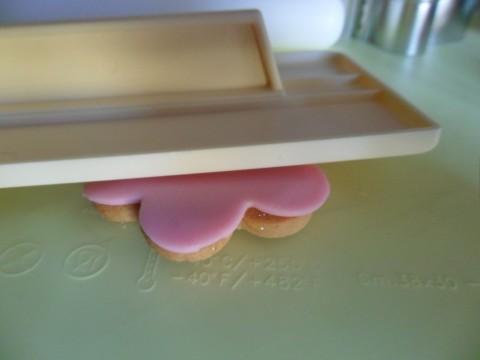 Ho usato lo stesso procedimento con le formine a fiore. Se volete passate sopra lo smoother per appiattire e smussare bolle e imperfezioni.
