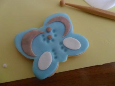 Completare ritagliando due mezze lune con la formina rotonda e decorando con una piccola ball tool.
